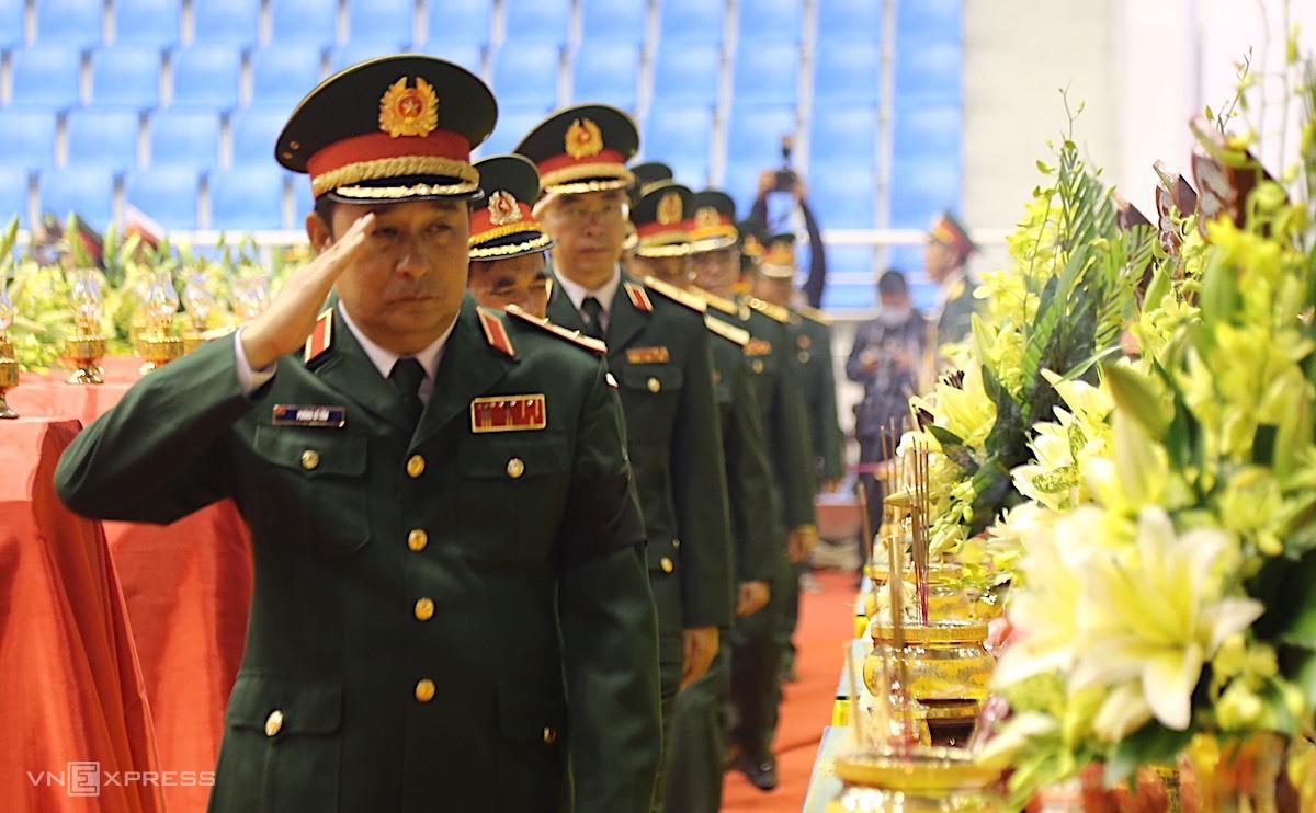 Đồng đội tiễn biệt 22 quân nhân hy sinh. Ảnh: Ngọc Thành