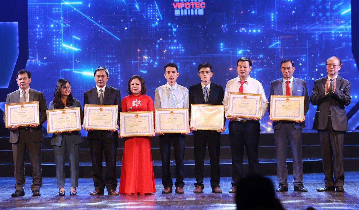 TS Tạ Quang Minh (bìa trái) nhận giải VIFOTEC 2019 tối 21/10. Ảnh: Hoàng Hiếu.