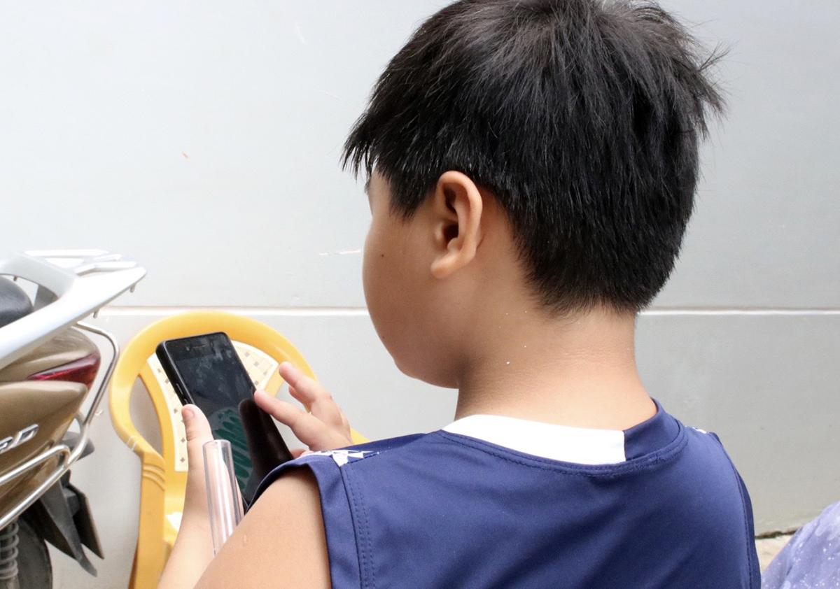 Giao được cảnh sát đưa cho vợ chồng bảo mẫu nuôi dưỡng. Ảnh: Dương Trang.