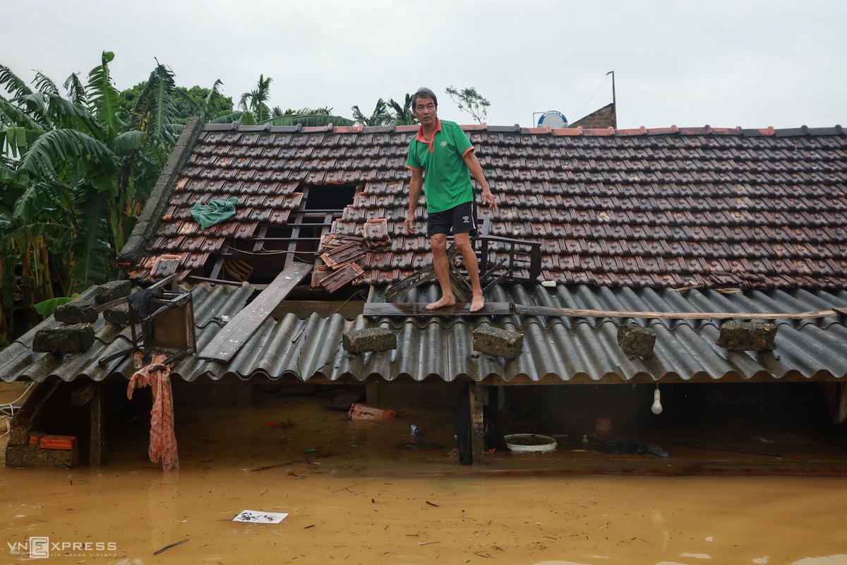Lũ ngập cao đến gần mái nhà người dân Quảng Bình. Ảnh: Hữu Khoa