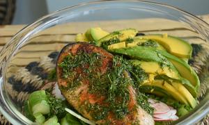 Nữ nội trợ trổ tài làm salad bơ cá hồi chiên