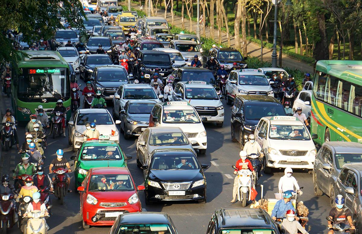 Xe chạy trên đường Trần Quốc Hoàn, đoạn qua vòng xoay Lăng Cha Cả - cửa ngõ ra vào sân bay Tân Sơn Nhất, chiều 21/10. Ảnh: Gia Minh.