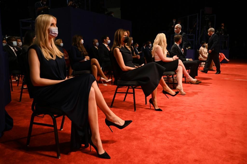 Ivanka, Melania cùng các con Trump ngồi ở hàng đầu và đeo khẩu trang khi theo dõi cuộc tranh luận hôm 22/10. Ảnh: AFP.