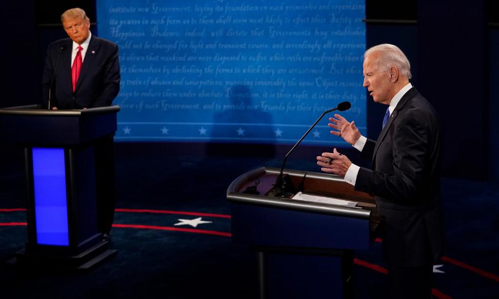 Ứng viên đảng Dân chủ Joe Biden (phải) phát biểu trong cuộc tranh luận tổng thống cuối cùng tại Nashville, bang Tennessee, Mỹ, hôm 22/10. Ảnh: AFP.