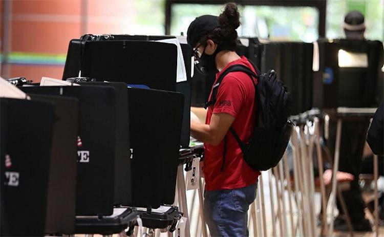 Cử tri đi bỏ phiếu sớm ở Florida ngày 21/10. Ảnh: AFP.