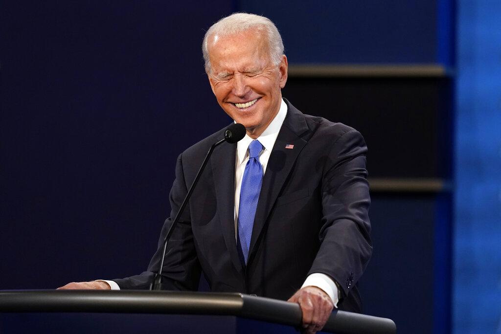 Biden cười trong cuộc tranh luận với Trump ở Tennessee ngày 22/10. Ảnh: AP.
