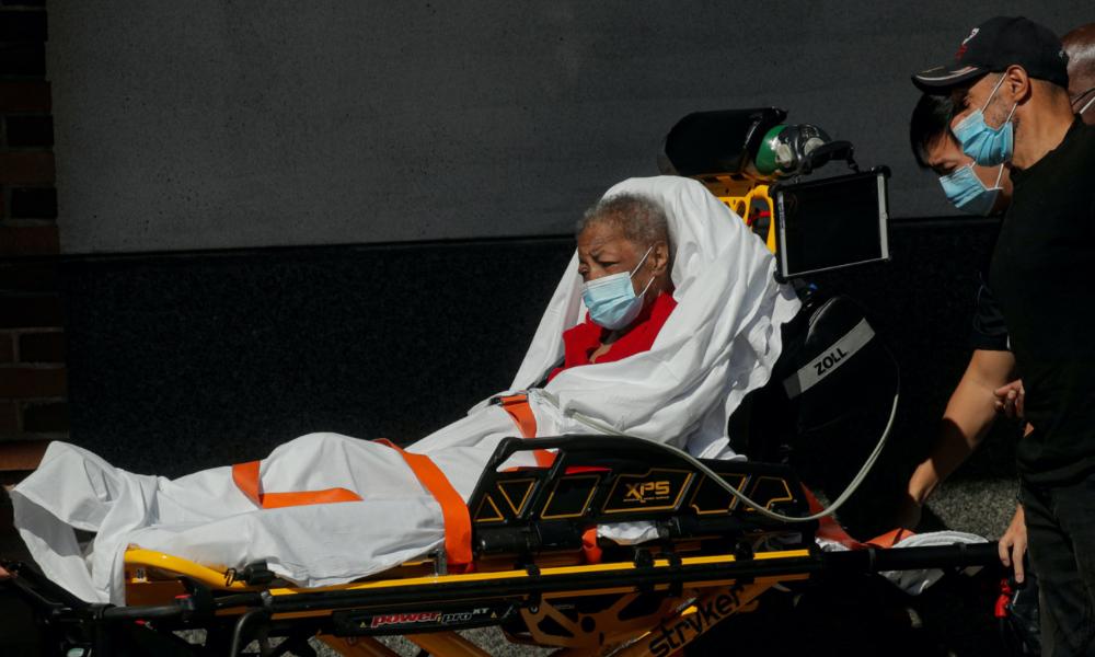 Một bệnh nhân được đưa đến Trung tâm Y tế Maimonides tại thành phố New York, Mỹ, hôm 14/10. Ảnh: Reuters.