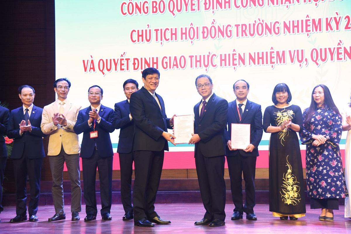 Quyền Bộ trưởng Y tế Nguyễn Thanh Long trao quyết định bổ nhiệm Chủ tịch Hội đồng trường cho GS Tạ Thành Văn, ngày 22/10. Ảnh: HMU