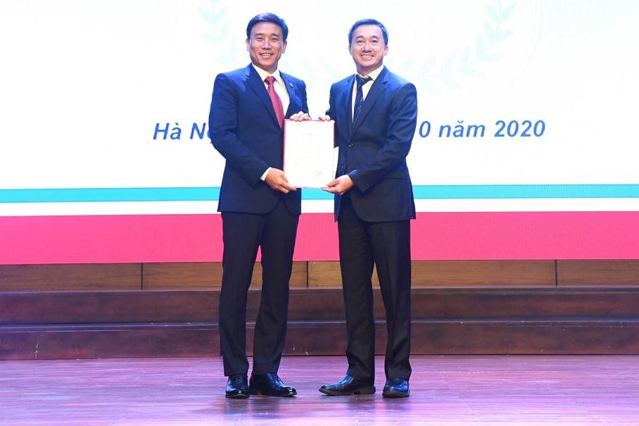 Thứ trưởng Y tế Trần Văn Thuấn trao quyết định giao thực hiện nhiệm vụ, quyền hạn hiệu trưởng cho PGS Đoàn Quốc Hưng (trái), ngày 22/10. Ảnh: HMU