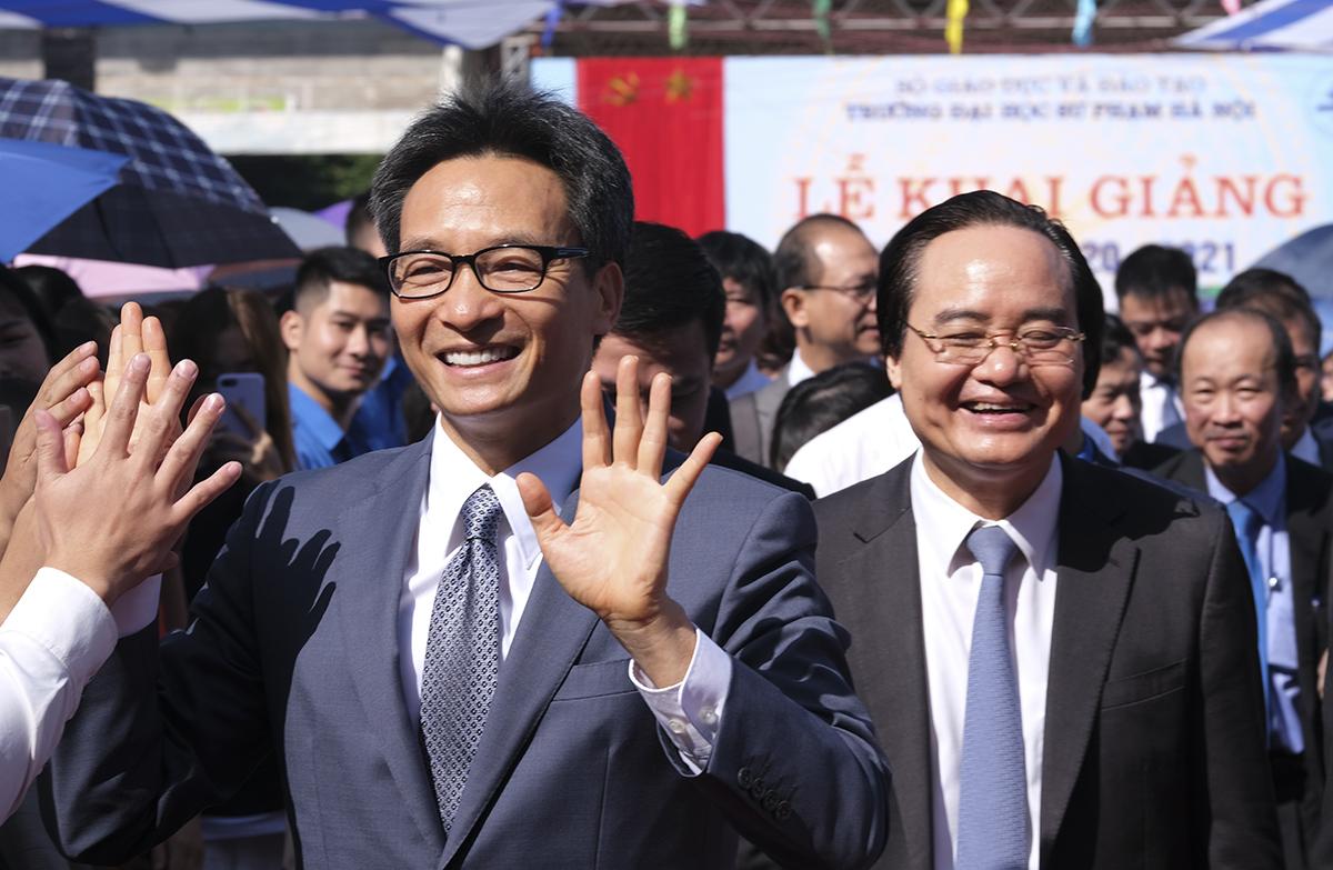 Phó thủ tướng Vũ Đức Đam, Bộ trưởng Giáo dục và Đào tạo Phùng Xuân Nhạ dự khai giảng năm học 2020-2021 của Đại học Sư phạm Hà Nội. Ảnh: Dương Tâm.