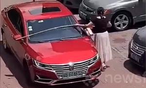 Người phụ nữ đo khoảng cách trước khi đỗ xe