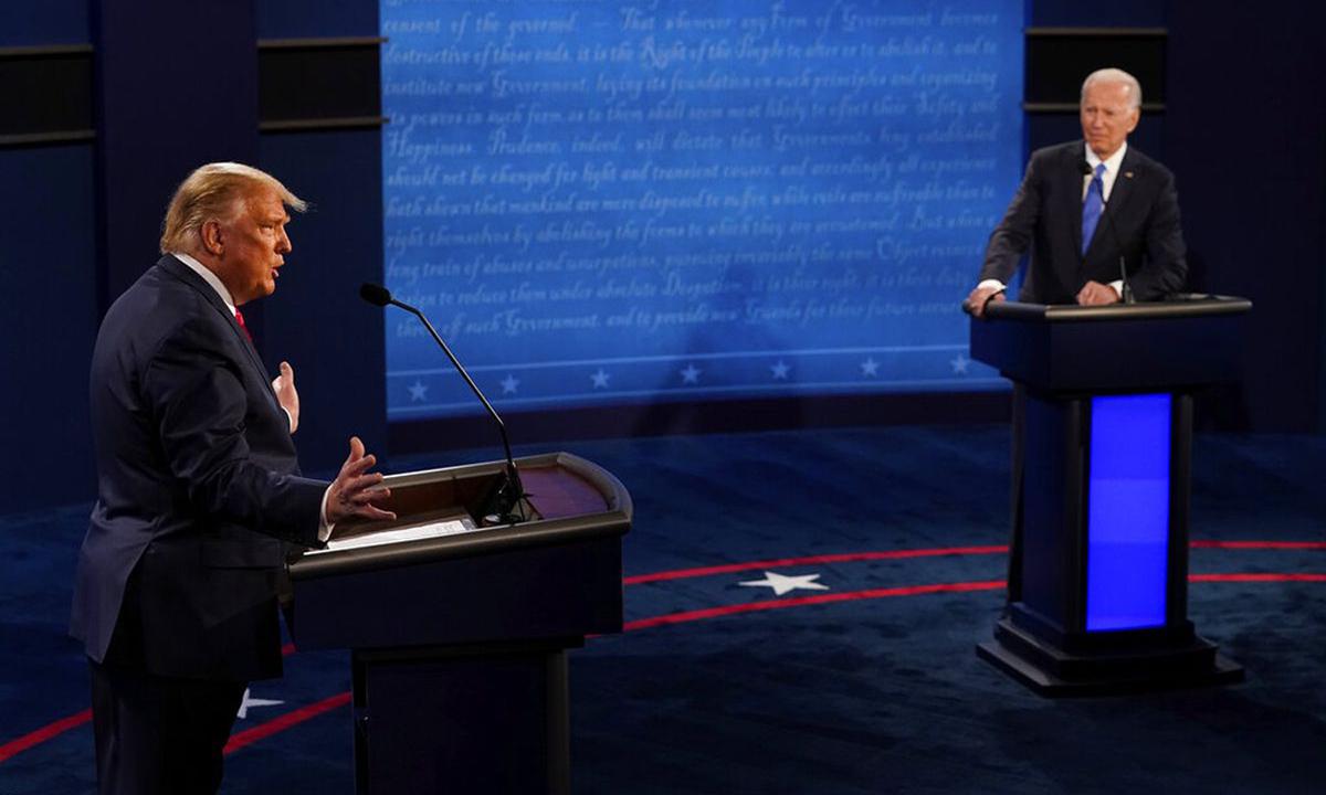 Tổng thống Donald Trump (trái) và ứng viên Dân chủ Joe Biden tại cuộc tranh luận cuối tại tại Đại học Belmont, thành phố Nashville, bang Tennessee hôm 22/10. Ảnh: AP.