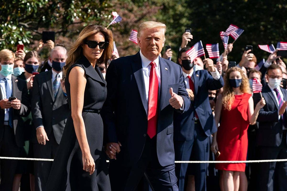 Đệ nhất phu nhân Melania nắm tay Tổng thống Trump khi bước lên trực thăng Marine One ở Bãi cỏ phía Nam Nhà Trắng để bay tới bang Tennessee hôm 22/10. Ảnh: AP.