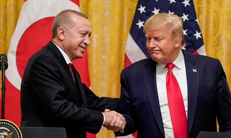Trump (phải) bắt tay Erdogan tại Nhà Trắng hồi tháng 11/2019. Ảnh: AFP.
