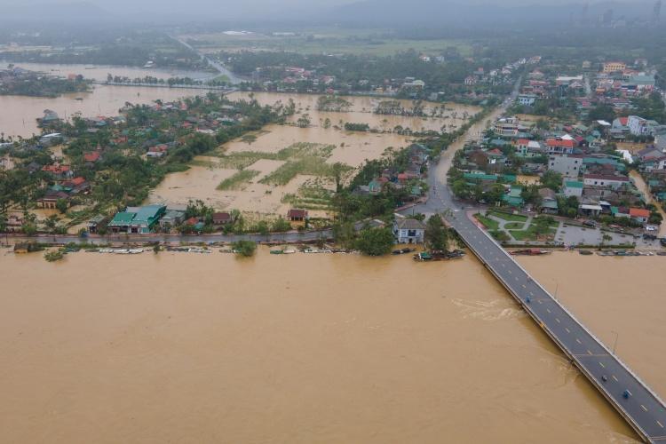 Bão gây ngập trên diện rộng ở Thừa Thiên Huế đầu tháng 10. Ảnh: Võ Thạnh.