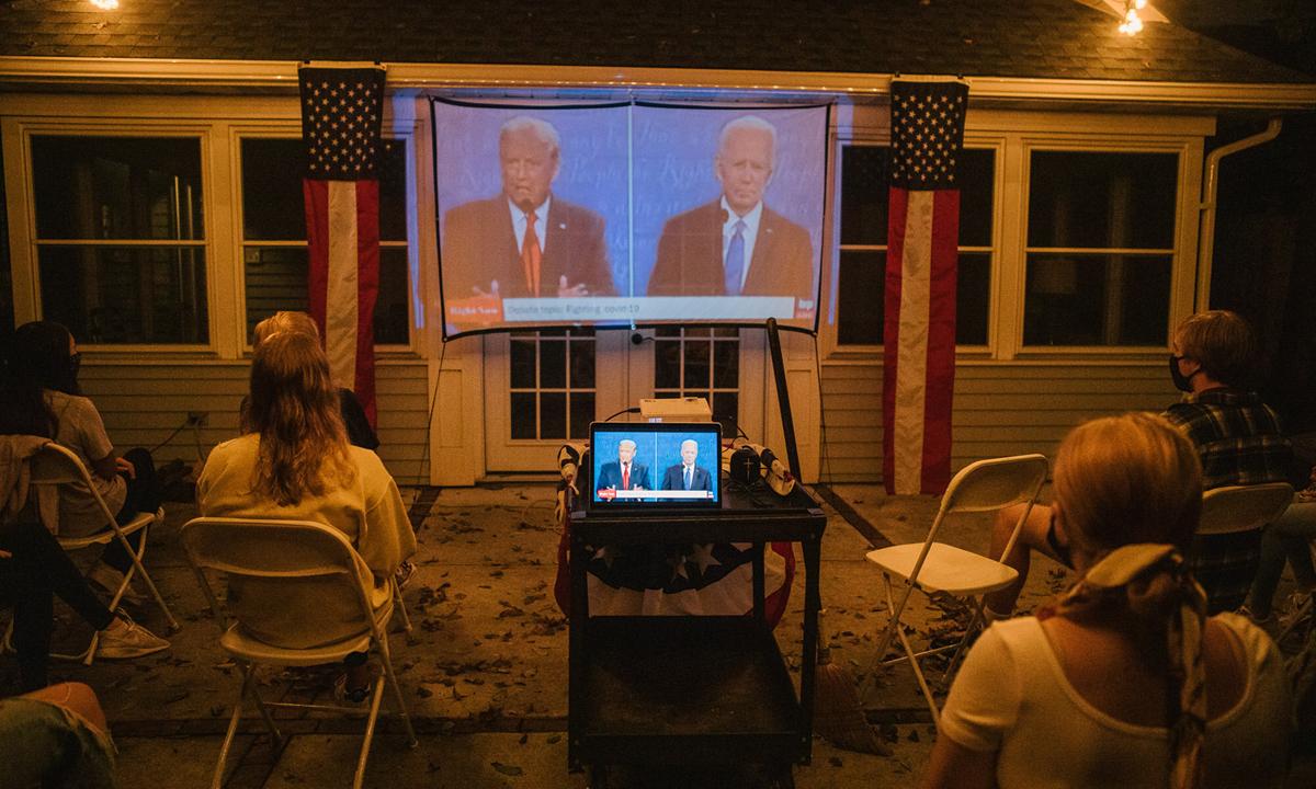 Người dân Mỹ ở Haddonfield, bang New Jersey theo dõi buổi tranh luận cuối giữa Trump và Biden hôm 22/10. Ảnh: NYTimes.