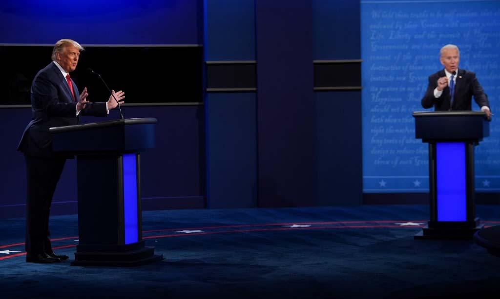 Tổng thống Trump (trái) và ứng viên đảng Dân chủ Joe Biden trong cuộc tranh luận cuối cùng ở thành phố Nashville, bang Tennesse, hôm 22/10. Ảnh: AFP.