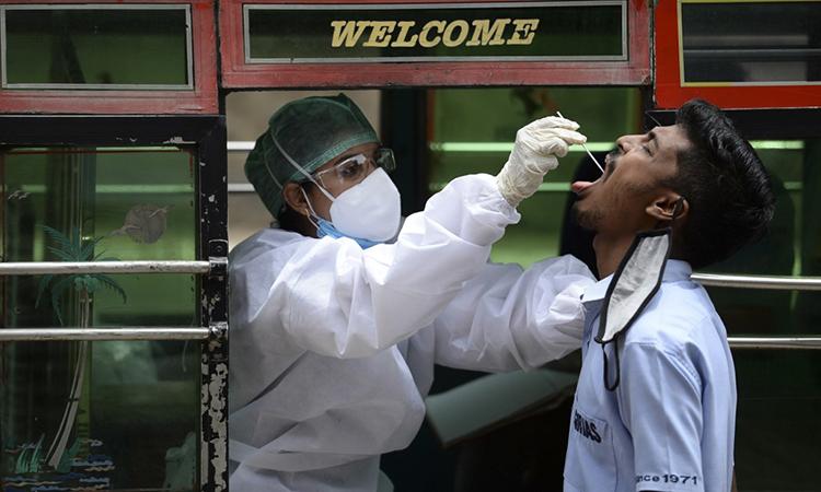Nhân viên y tế lấy mẫu xét nghiệm Covid-19 bên ngoài trung tâm thương mại ở thành phố Chennai, Ấn Độ, ngày 12/9. Ảnh: AFP.