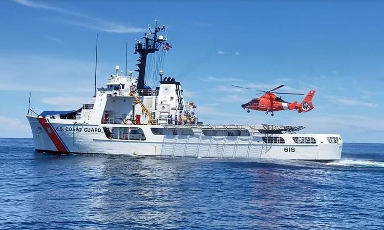 Trực thăng HH-65 chuẩn bị hạ cánh lên tàu tuần duyên Active của Mỹ tại khu vực đông Thái Bình Dương, tháng 9/2018. Ảnh: USCG.