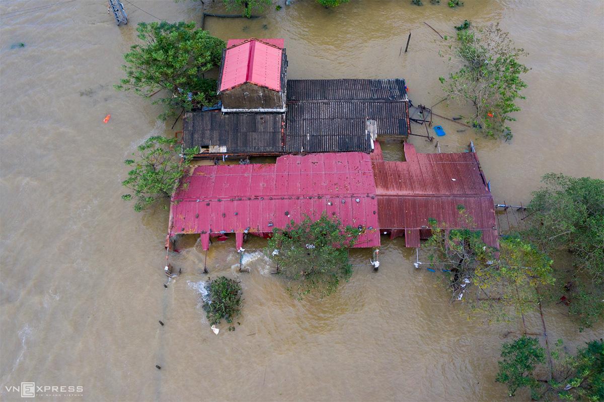 Nhiều nhà dân tại huyện Lệ Thủy, Quảng Bình ngập đến nóc trong ngày 22/10. Các nhu yếu phẩm như gạo, đường, nước mắm, quần áo sạch... hiện rất cần thiết. Ảnh: Hữu Khoa