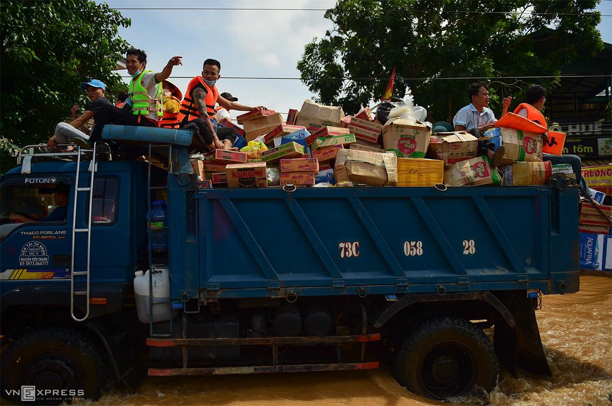 Chiếc xe ben chở đầy mì gói, bánh kẹo... về phát cho các thôn ở xã Phong Thuỷ, huyện Lệ Thuỷ, Quảng Bình, ngày 22/10. Ảnh: Hữu Khoa