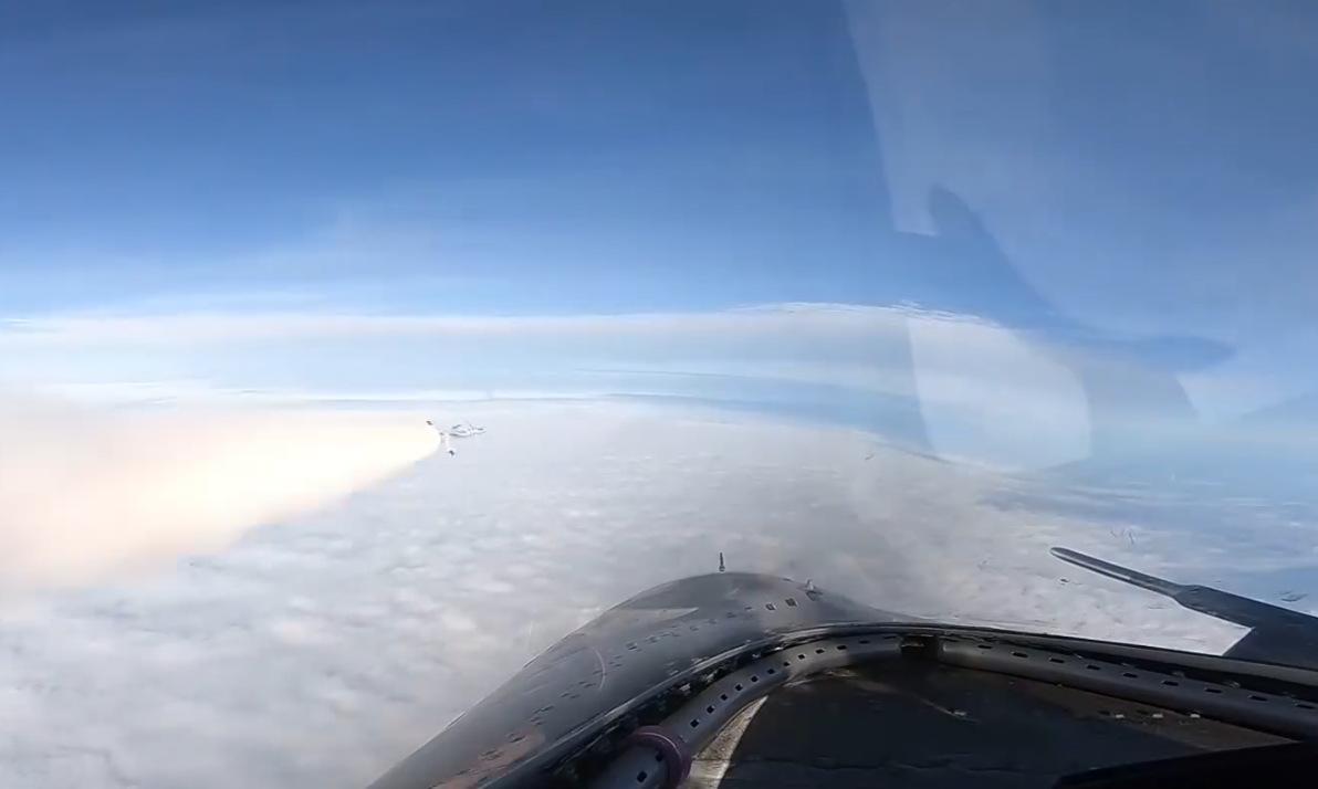 Máy bay Trung Quốc phóng tên lửa gần đảo Hải Nam hôm 21/10. Ảnh: CCTV.