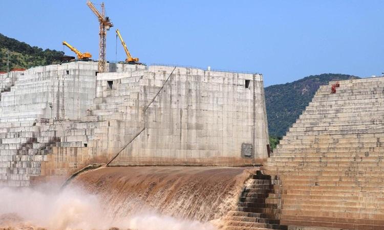 Nước chảy qua đập Đại Phục Hưng ở Ethiopia trong quá trình xây dựng trên sông Nile tháng 9/2019. Ảnh: Reuters.