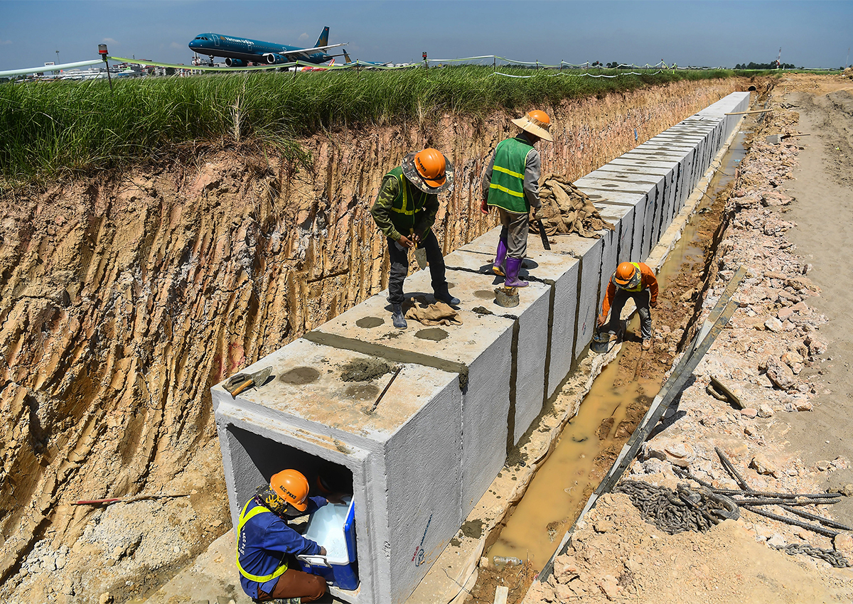 Construction site for fast escape taxiway at Noi Bai airport in July.  Photo Giang Huy