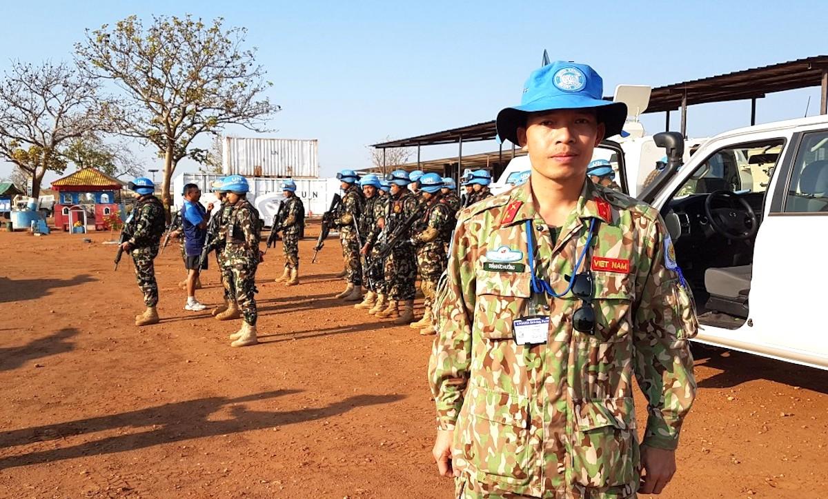 Trung tá Trần Đức Hưởng, Quan sát viên Quân sự, cùng Đại đội Phản ứng nhanh Nepal trước khi đi tuần tra dài ngày tại Nam Sudan (năm 2019). Ảnh: Hiếu Duy