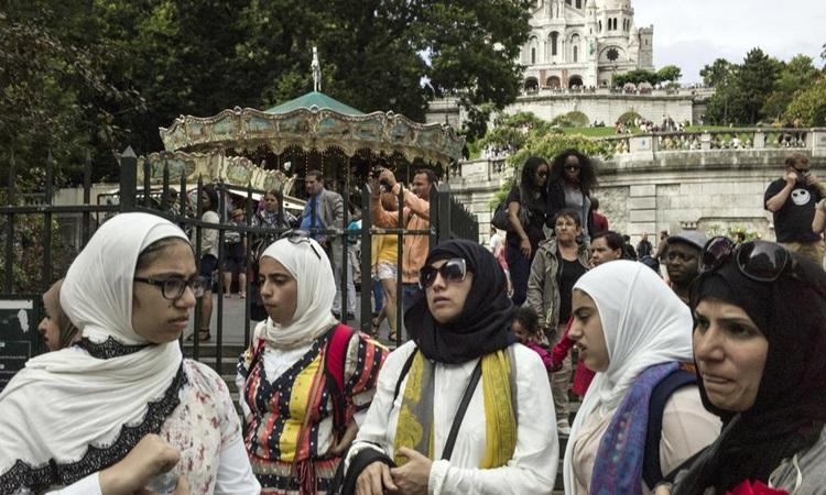 Những phụ nữ Hồi giáo với trang phục đặc trưng ở Paris, Pháp. Ảnh: AFP.