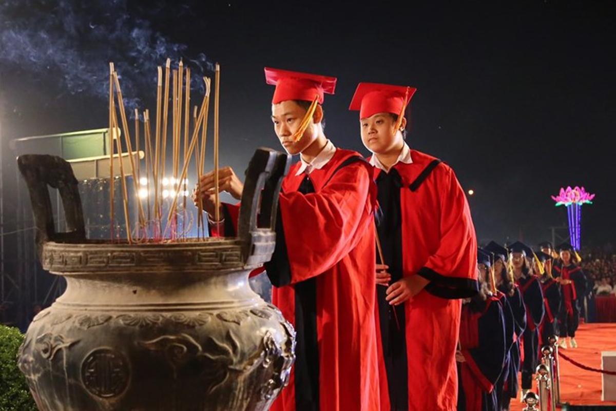 130 học sinh, sinh viên  Hải Phòng đạt thành tích cao trong năm học 2019-2020 dâng hương trước tượng đài danh nhân văn hóa Trạng trình Nguyễn Bỉnh Khiêm tại lễ biểu dương, khen thưởng được thành phố tổ chức tại Khu di tích quốc gia đặc biệt, xã Lý Học, huyện Vĩnh Bảo tối 24/10. Ảnh: CTV