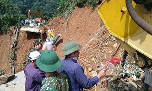 Dùng máy xúc căng dây cáp chuyển đồ cứu trợ cho dân