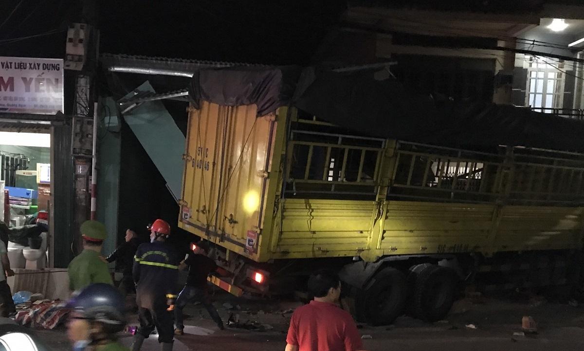 Ôtô tải lao vào 4 nhà dân, 3 người chết