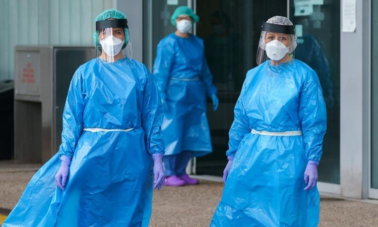 Các nhân viên y tế tại một bệnh viện ở phía bắc Tây Ban Nha hồi tháng 4. Ảnh: AFP.