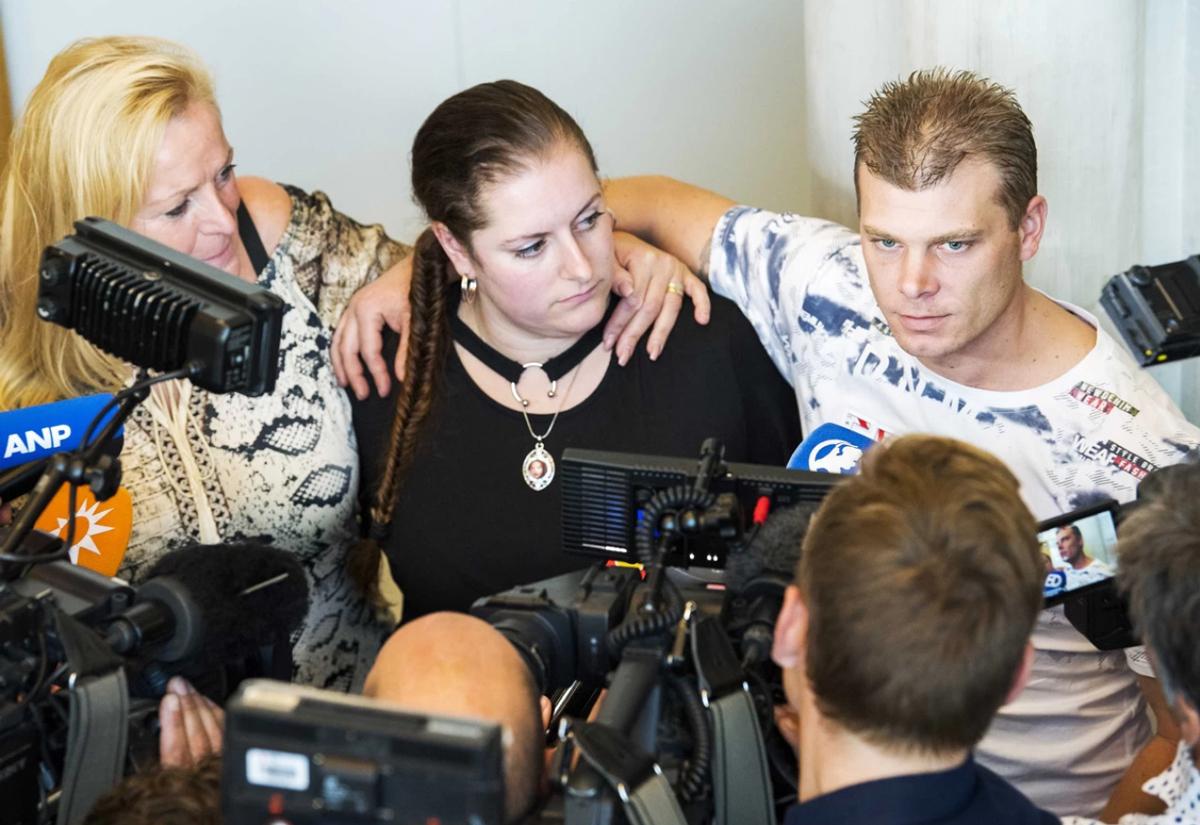 Andy van den Hurk (phải) xuất hiện trước báo chí vào năm 2018. Ảnh: ANP.