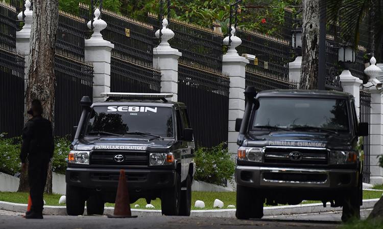 Nhân viên Cục Tình báo Quóc gia Bolivarian (SEBIN) của Venezuela bên ngoài đại sứ quán Tây Ban Nha ở thủ đô Caracas, ngày 24/10. Ảnh: AFP.
