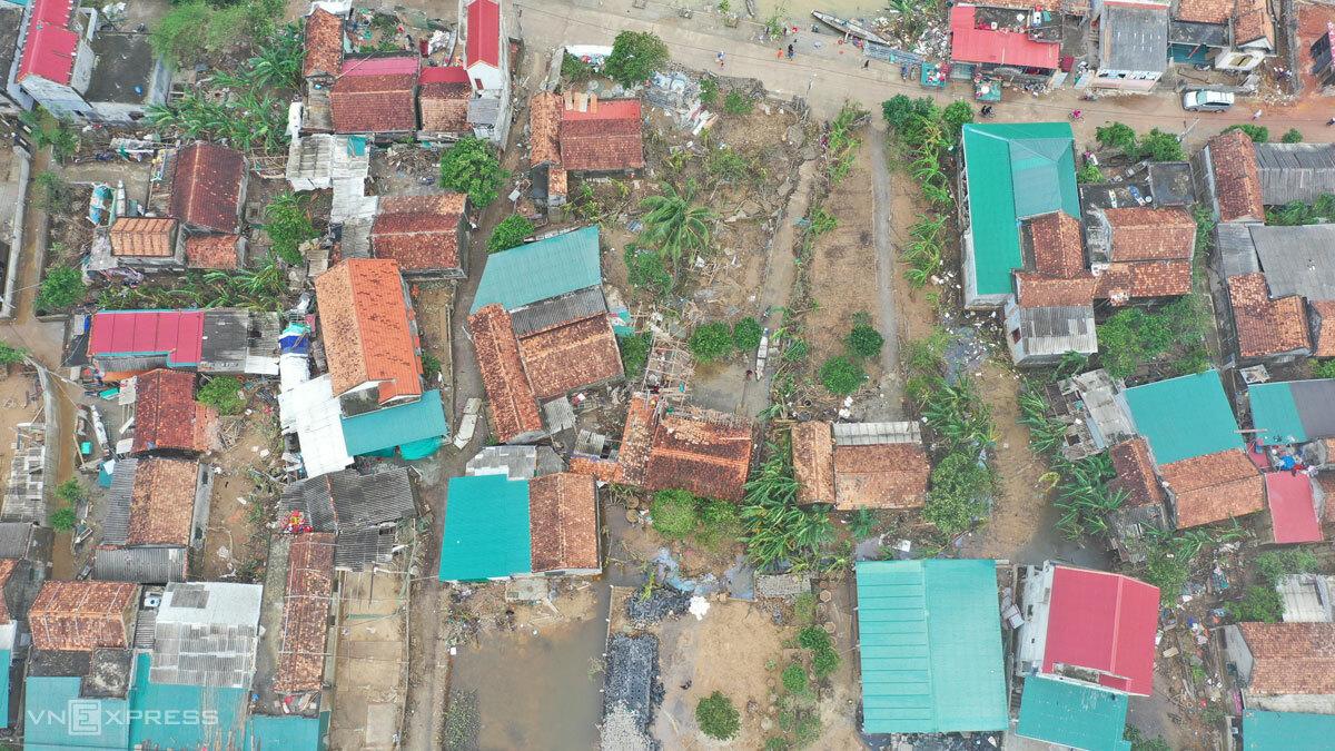 Làng An Xá bên sông Kiến Giang (Lệ Thuỷ, Quảng Bình) nhìn từ trên cao khi nước rút, sáng 25/10. Ảnh: Ngọc Thành
