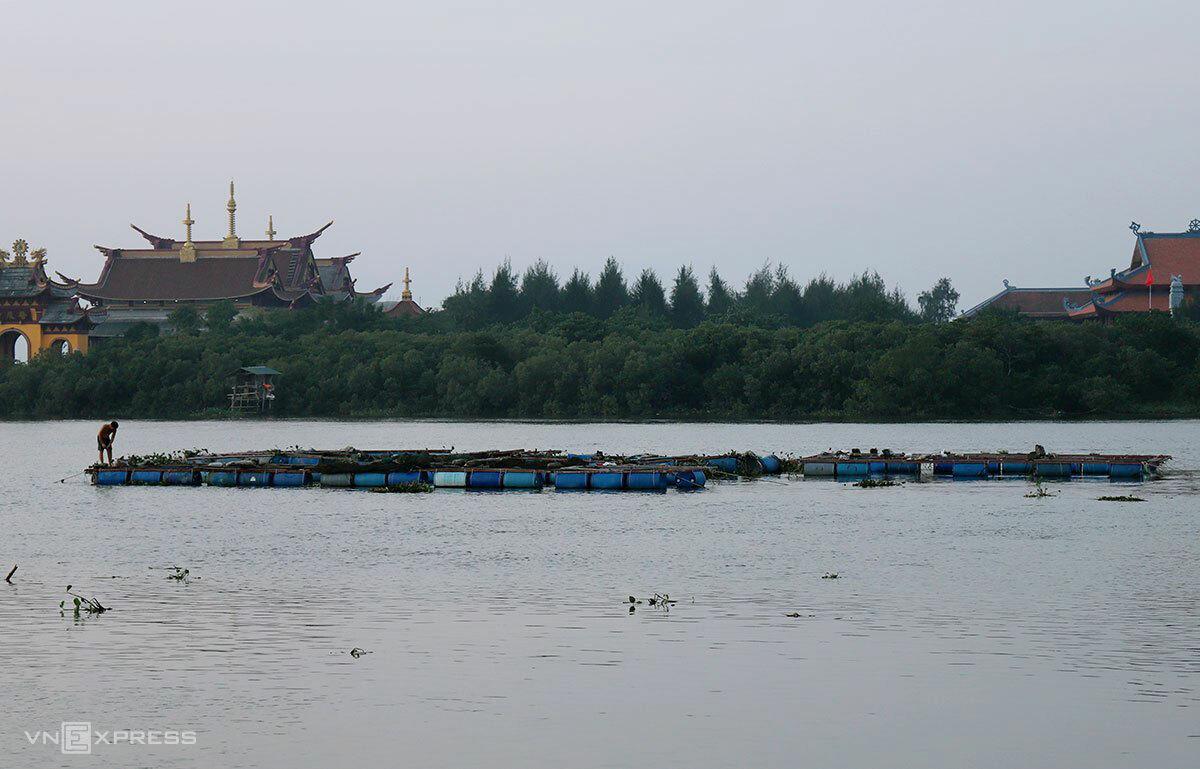 Người nuôi cá trên sông Hộ Độ, huyện Lộc Hà, Hà Tĩnh gia cố lại các lồng nuôi để tránh bão. Ảnh: Đức Hùng