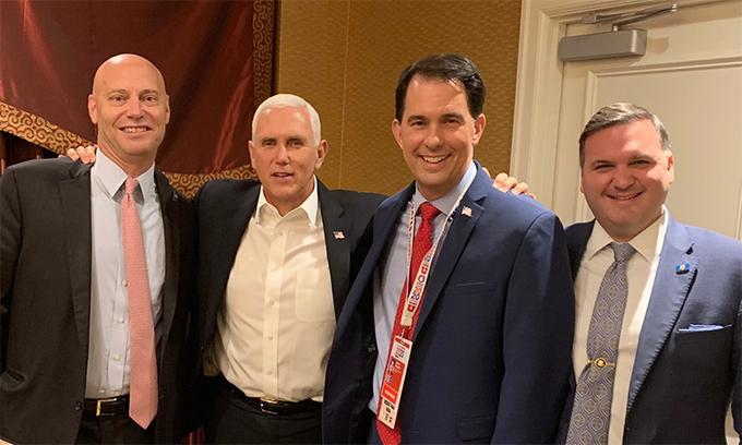 Từ trái qua: Chánh văn phòng Phó tổng thống Mỹ Marc Short, Phó tổng thống Mỹ Mike Pence, cựu thống đốc bang Wisconsin Scott Walker và cố vấn Marty Obst tại một sự kiện ngày 7/10. Ảnh: Twitter/ScottWalker.