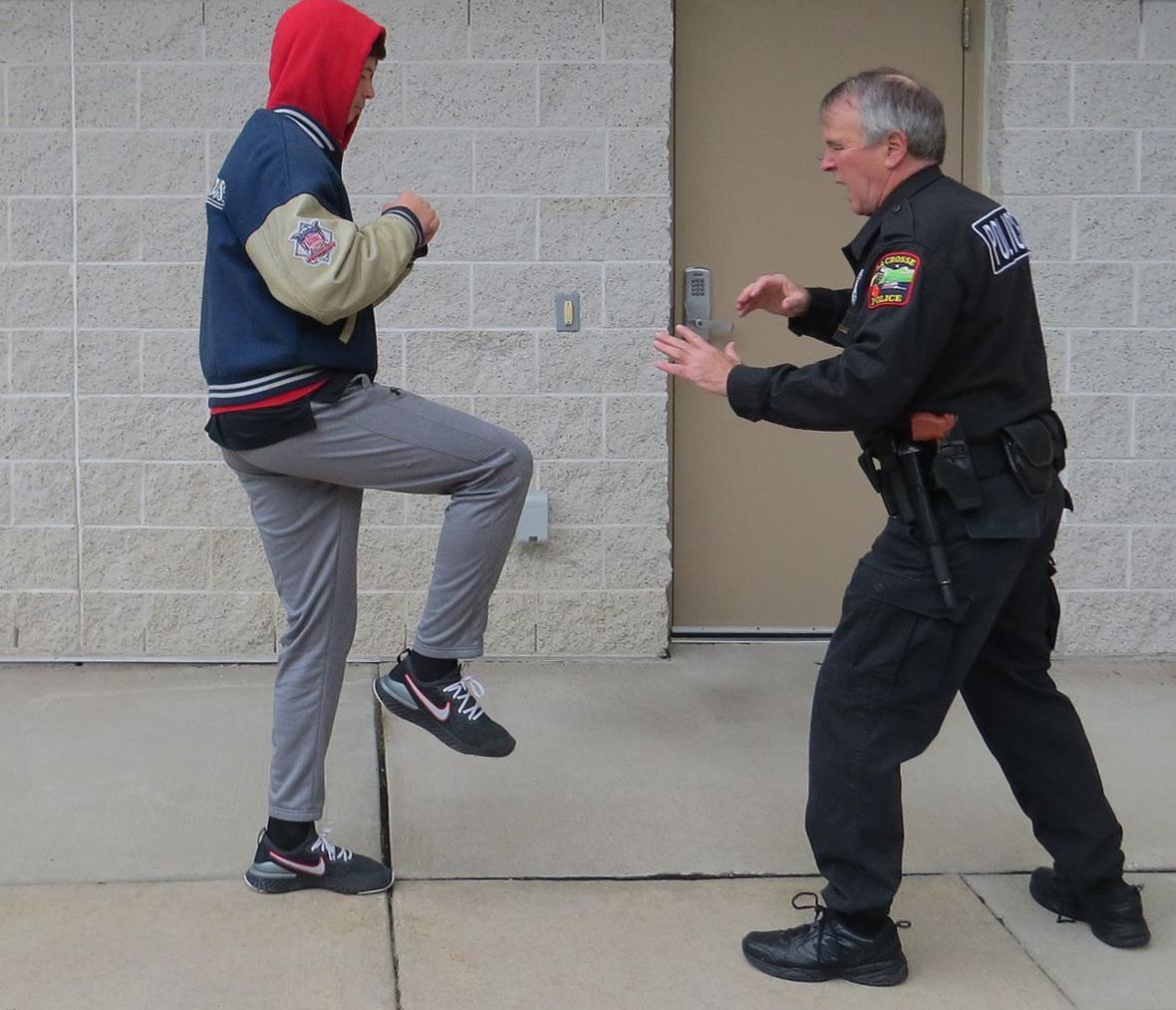 Bước một. Ảnh: Police1.