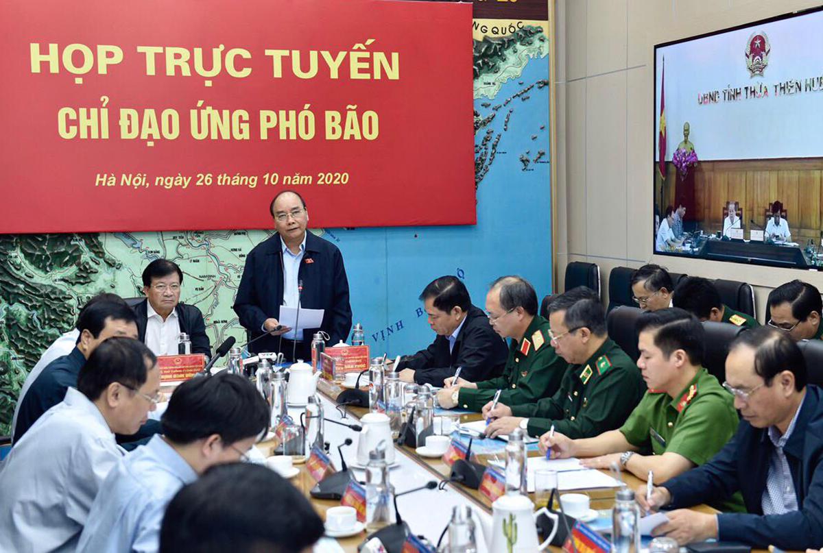 Thủ tướng Nguyễn Xuân Phúc chủ trì cuộc họp trực tuyến chỉ đạo ứng phó bão Molave sáng 26/10. Ảnh: Ngọc Hà.