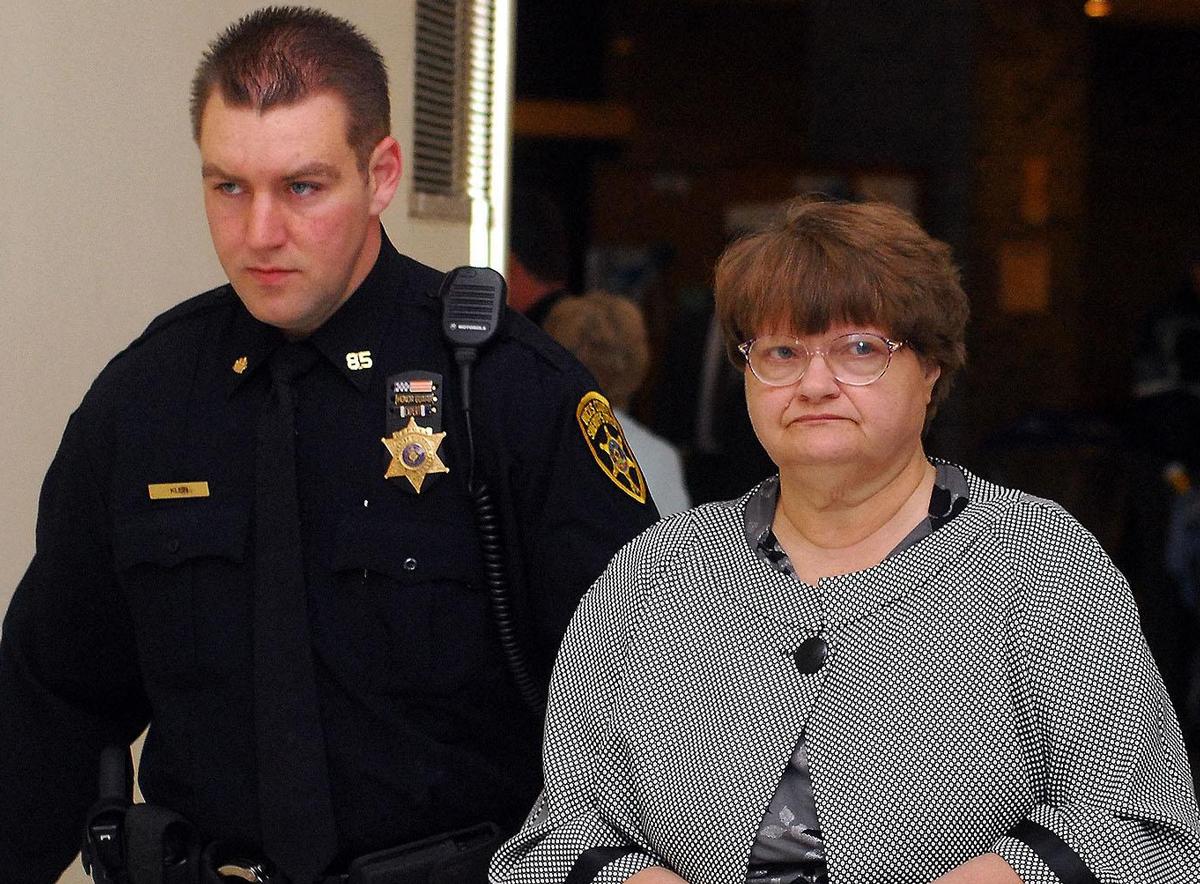 Mary Jane Fonder (phải) luôn khẳng định vô tội trong phiên tòa. Ảnh: Bucks County Courier Times.