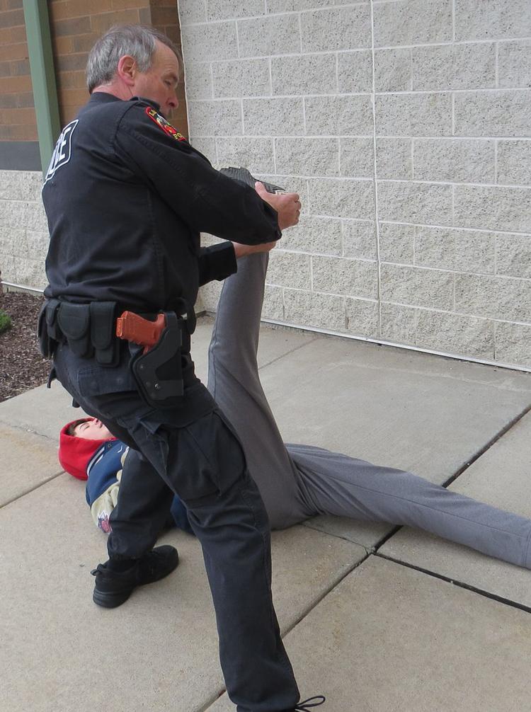 Ở bước ba, bạn có thể nâng gót chân lên cao cho tới khi đối phương tự ngã. Ảnh: Police1.