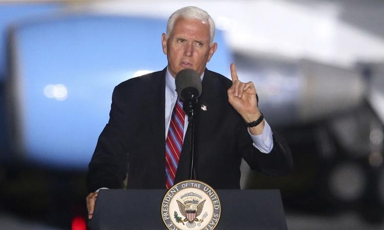 Phó tổng thống Mỹ Mike Pence phát biểu tại cuộc vận động tranh cử ở Florida ngày 24/10. Ảnh: AP.