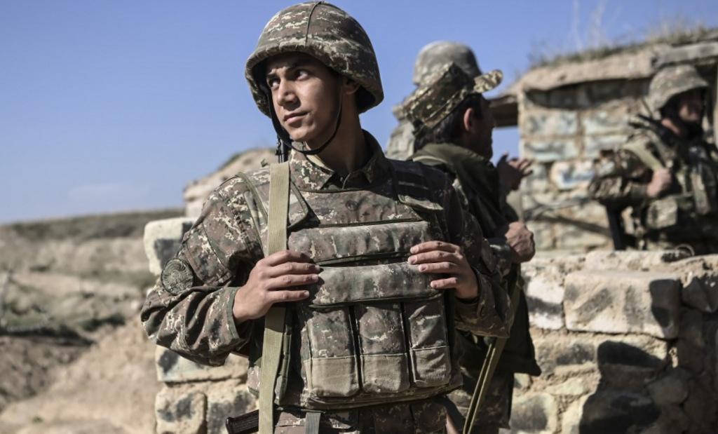 Binh sĩ Armenia tại một điểm chốt gần vùng Nagorno-Karabakh hôm 25/10. Ảnh: AFP.