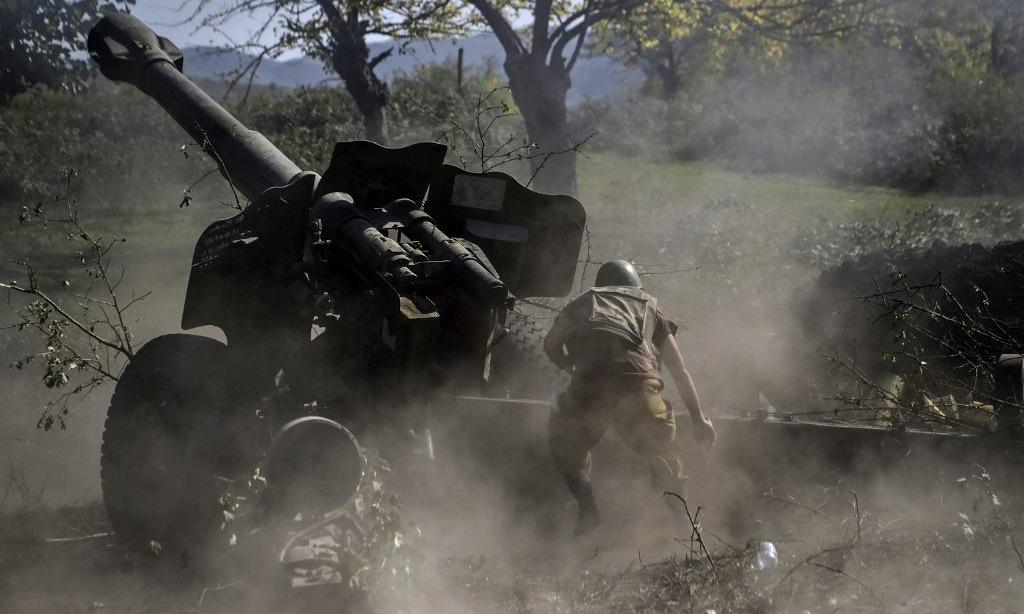 Binh sĩ Armenia pháo kích vị trí đối phương hôm 25/10. Ảnh: AFP.