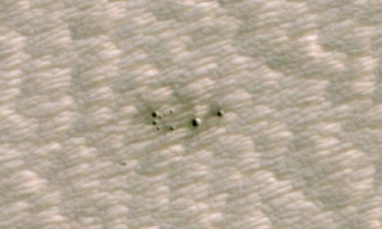 Camera HiRISE trên tàu vũ trụ MRO chụp ảnh cụm hố va chạm tại vùng Noctis Fossae. Ảnh: NASA/JPL-Caltech/Đại học Arizona.