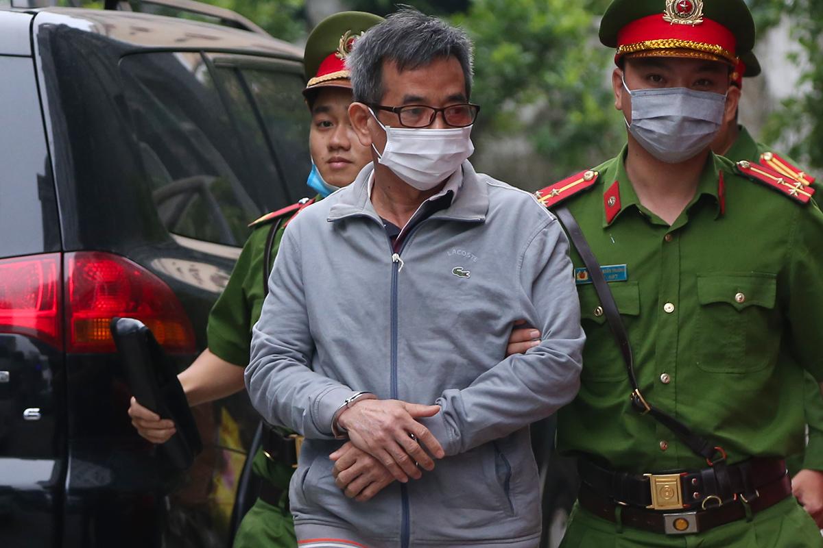 Bị cáo Ngô Duy Chính, cựu giám đốc BIDV chi nhánh Hà Thành tại sân tòa án, sáng 26/10. Ảnh: Phạm Dự
