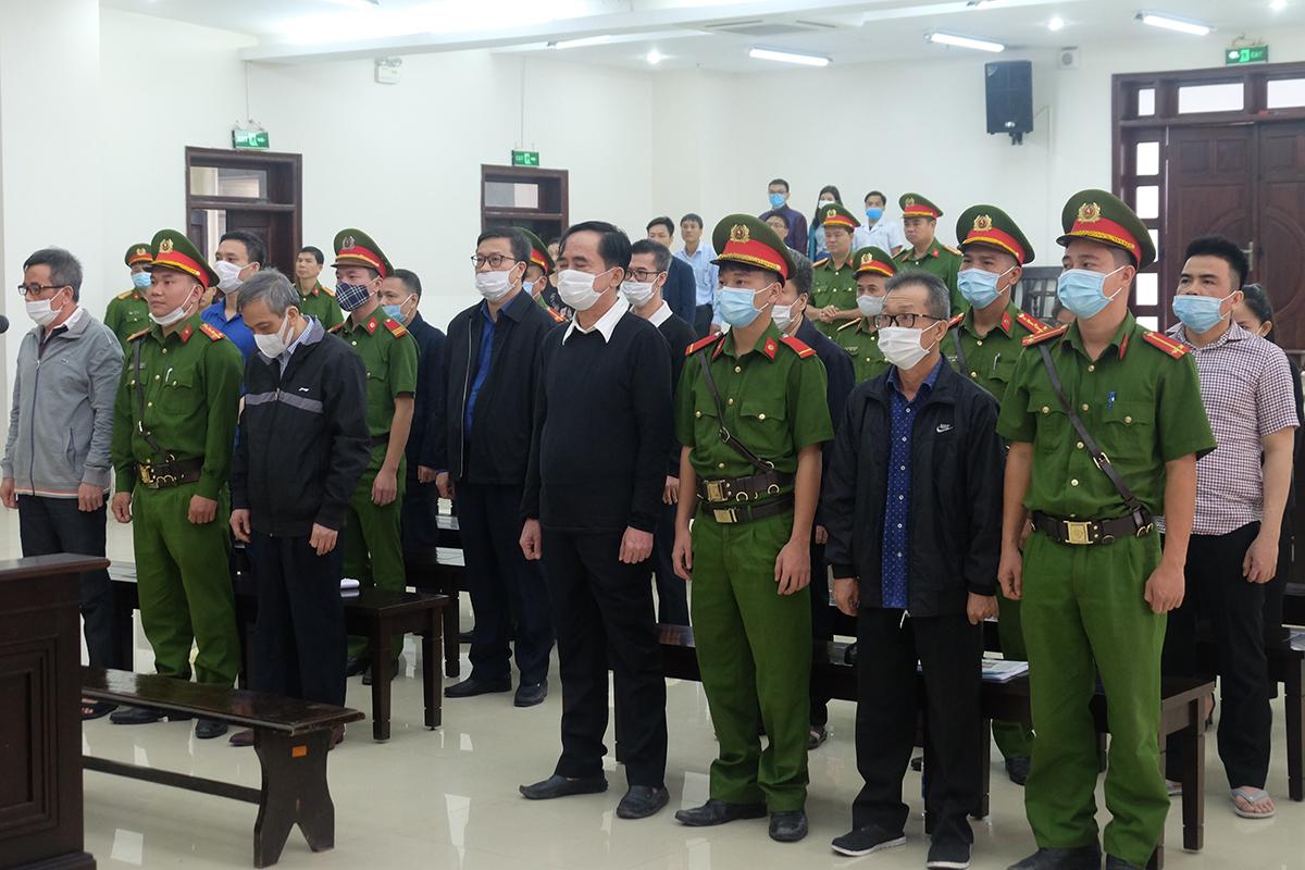 Các bị cáo hầu toà trong vụ án BIDV sáng 26/10. Ảnh: Nam Anh.