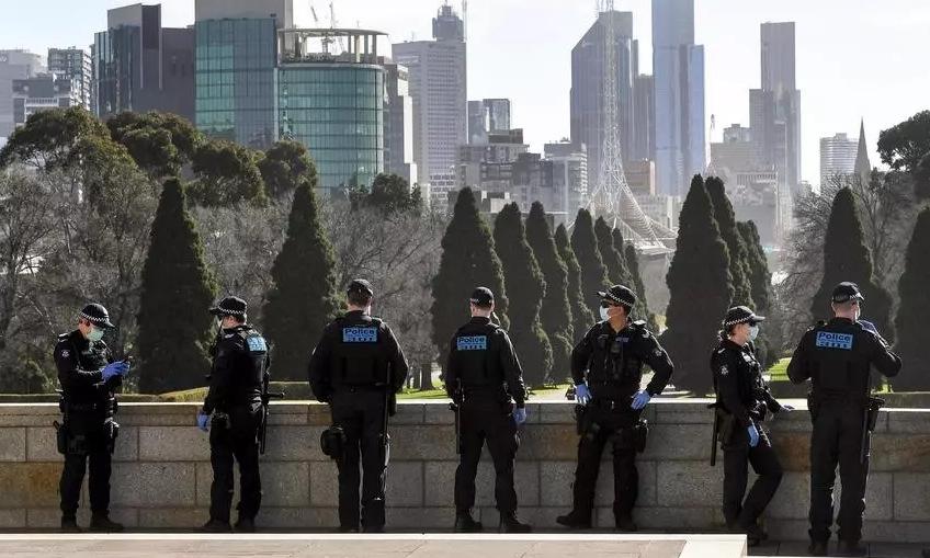 Cảnh sát tuần tra trên đường phố Melbourne hồi cuối tháng 7. Ảnh: AFP.